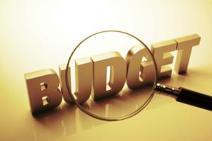 Pere-eelarve kulude suur kolmik luubi alla